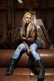 的性感的金发碧眼的女人蓝色牛仔裤 库存图片
