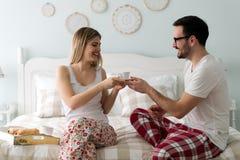 的愉快的年轻夫妇消费早晨的图片一起 库存照片