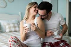 的愉快的年轻夫妇消费早晨的图片一起 图库摄影