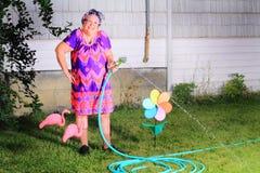 傻的愉快的老婆婆花匠 免版税图库摄影