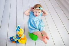 傻的戏剧的婴孩-学会使用洗手间 免版税库存图片