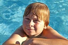 他的手肘的儿童基于在水池的边缘 库存图片