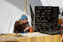 他们的技能在Kolomenskoye在莫斯科停放的Reenactors展示 免版税库存照片