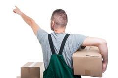 的搬家工人人拿着箱子的后面观点指向  免版税图库摄影