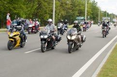 他们的摩托车的骑自行车的人在特别衣裳乘坐衣领在市布雷斯特的郊区 免版税图库摄影