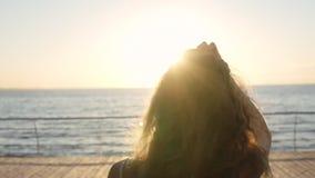 的无法认出的女孩走在一个晴天的后侧方观点 有长的头发的少妇享有生活的在假日期间 股票录像