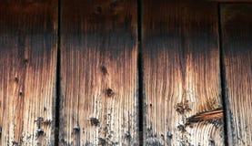 的日志建立框架的 日志片断在一个木房子的墙壁的附近 图库摄影