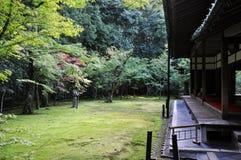 的日本庭院十三弦琴在寺庙京都,日本 免版税库存图片