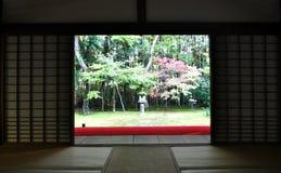 的日本庭院十三弦琴在寺庙-京都,日本 免版税图库摄影