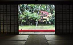 的日本庭院十三弦琴在Daitoku-ji子寺庙  库存照片