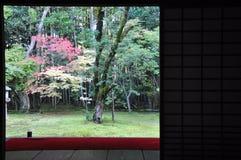 的日本庭院十三弦琴在Daitoku-ji子寺庙  库存图片