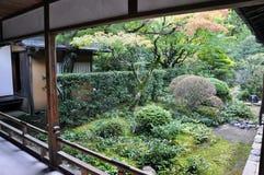 的日本庭院十三弦琴在Daitoku-ji -京都, Jap寺庙  免版税库存图片