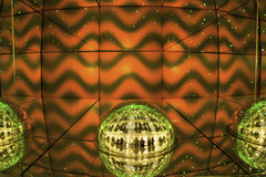 轻的显示、色的激光、镜子墙壁和镜子球,抽象背景 免版税库存照片