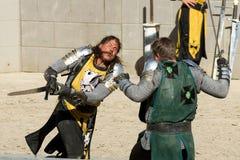 攻击他的有剑的骑士对手 免版税库存照片