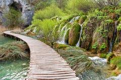 绞的木路和瀑布在Plitvice国家公园, 库存图片