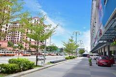 的桃红色颜色小游艇船坞法院手段公寓旅馆在右边离开和Oceanus江边购物中心 免版税库存图片