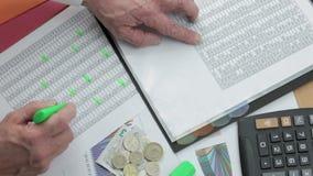 他的桌上检验销售报告的金融家与计算器 股票视频