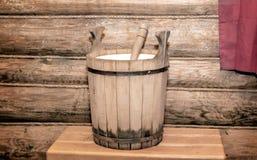 水的桶在木蒸汽浴 图库摄影