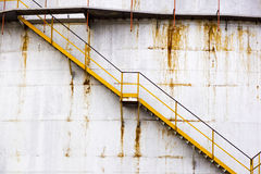 去的楼梯一辆大圆坦克筒仓 免版税库存照片