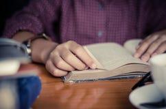 读的概念背景焦点手开放书 免版税库存图片