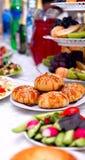 的欢乐桌与芝麻籽、沙拉用海鲜和肉,饮料,汁液的一samosa 免版税库存照片