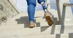 的残疾妇女走在楼上4k的低角度观点 股票录像