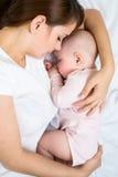 的母亲和一起休眠她的婴孩 免版税库存照片