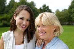 的母亲和一起微笑更老的女儿 库存照片