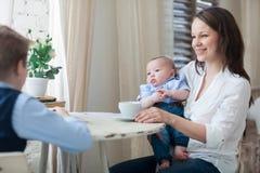 的母亲和吃她的儿子午餐一起 免版税库存照片