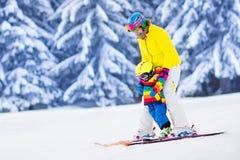 的母亲和学会的小男孩滑雪 库存图片