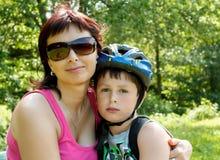 的母亲和室外她的儿子 免版税库存图片