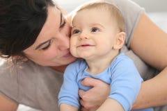 的母亲和拥抱她的婴孩 库存图片