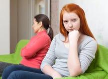 的母亲和有青少年的女儿争吵 库存照片