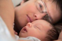 的母亲和睡着新出生的婴孩 免版税图库摄影