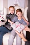 的母亲给礼物她的孩子 免版税库存照片