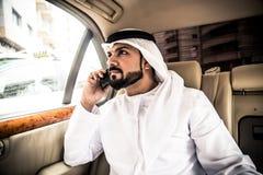 他的汽车的阿拉伯人 库存照片