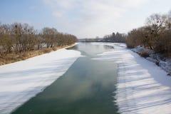 冻结的河季节结构树冬天 免版税库存图片