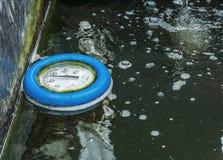水的浮动温度计 免版税库存照片