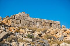 的海盗城堡驻军的长城的被保存的零件在安迪基西拉岛希腊 免版税库存照片