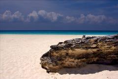 轻的海滩墨西哥海岸线岩石夏天 免版税库存图片
