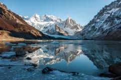 冻结的湖反射在塞罗Torre,费兹罗伊,阿根廷 免版税库存图片
