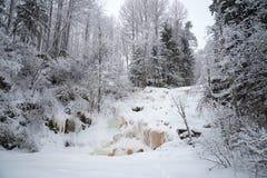 冻结的瀑布Yukankoski阴云密布1月天 卡累利阿 免版税库存图片