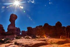 轻的火光太阳岩石柱子砂岩不祥伊甸园弧 库存图片
