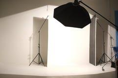 轻的灯在照片写真的演播室 库存照片