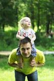 他的父亲肩膀的儿子  库存图片