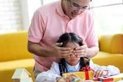 的父母和获得的小孩演奏教育玩具,Fami的乐趣 免版税图库摄影
