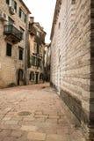 绞的狭窄的城市街道 免版税库存照片
