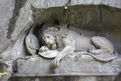 死的狮子在岩石墙壁雕刻了在卢赛恩 免版税库存照片