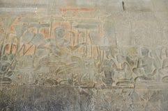 他的王位的苏利耶跋摩二世国王在Angk的队伍面前 库存照片