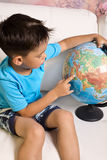 5-6年的男孩与地球的 免版税库存图片